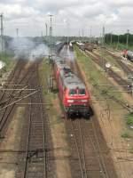 BR 225/174206/225-027-2-zieht-mit-einer-schwesterlok 225 027-2 zieht mit einer Schwesterlok einen Kesselwagenzug durch den Rangierbahnhof München/Nord. Aufgenommen am 3. Juni 2010.